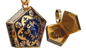 Así es el collar de un cromo de brujas y magos famosos