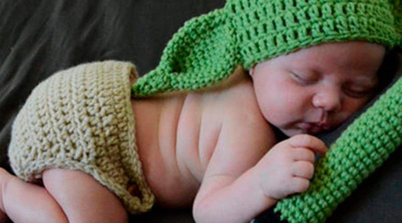 Viste al pequeño de la casa como Baby Yoda